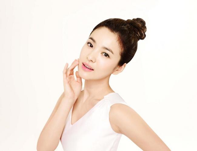 明星囹�a�n�_然而韩国明星坚持定期会去美容店做皮肤管理,这样才能让长期化妆的