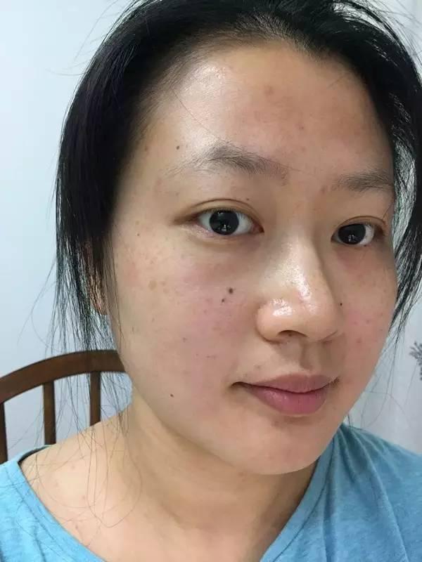 所长最近发现《XX中国》才是最强照妖镜,不给明星P图也就算了,角度也是十分任性~    最近王鸥现身机场就被《XX中国》拍到一组高清图片,她一手拿着水杯,一手拿着电话,还略弓着背,看起来有些疲惫      离开P图王鸥的脸肤色暗淡不说,整张脸都有些松弛下垂,看起来像老了5岁      这和一向烈焰红唇走性感路线的王鸥,给我们的感觉不太一样啊~    王鸥在影视剧里一直都是一张骄傲脸,嘴角和眼角都上扬,皮肤也超级紧致      小三门事件也没影响到她,最近的时尚资源也是一路up~      不仅和知名