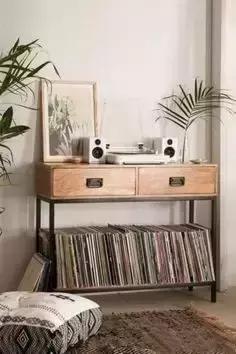的高脚梳妆台和椅子,桌面放上多刺盆栽,有格调