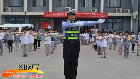 """邯郸交警为留守儿童送去""""交通知识大礼包""""图"""""""