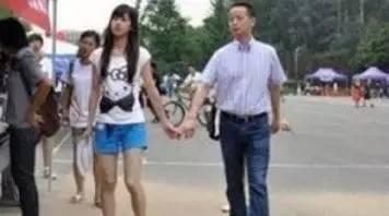 据了解她父亲章丽厚是南京会斯通集团的总裁,是身家过亿的大老板,而且