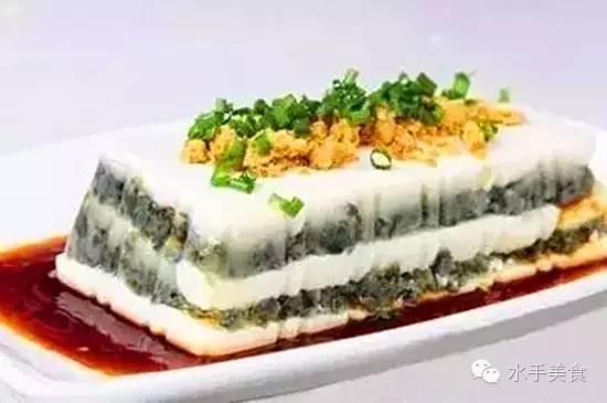 原料:   内酯豆腐1盒、皮蛋2个、肉松12克、小葱花5克、百利凝胶片半片.