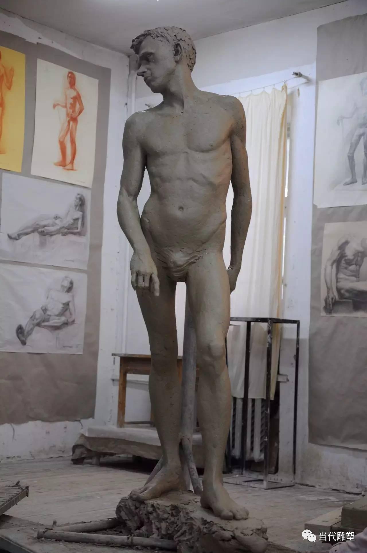 站立的男性裸体人体泥塑