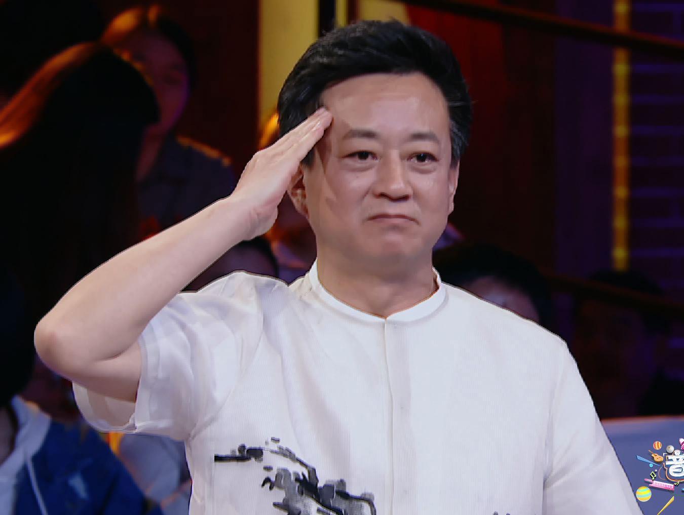 朱军_《大师课3》迎国旗班战士朱军致敬老兵行军礼