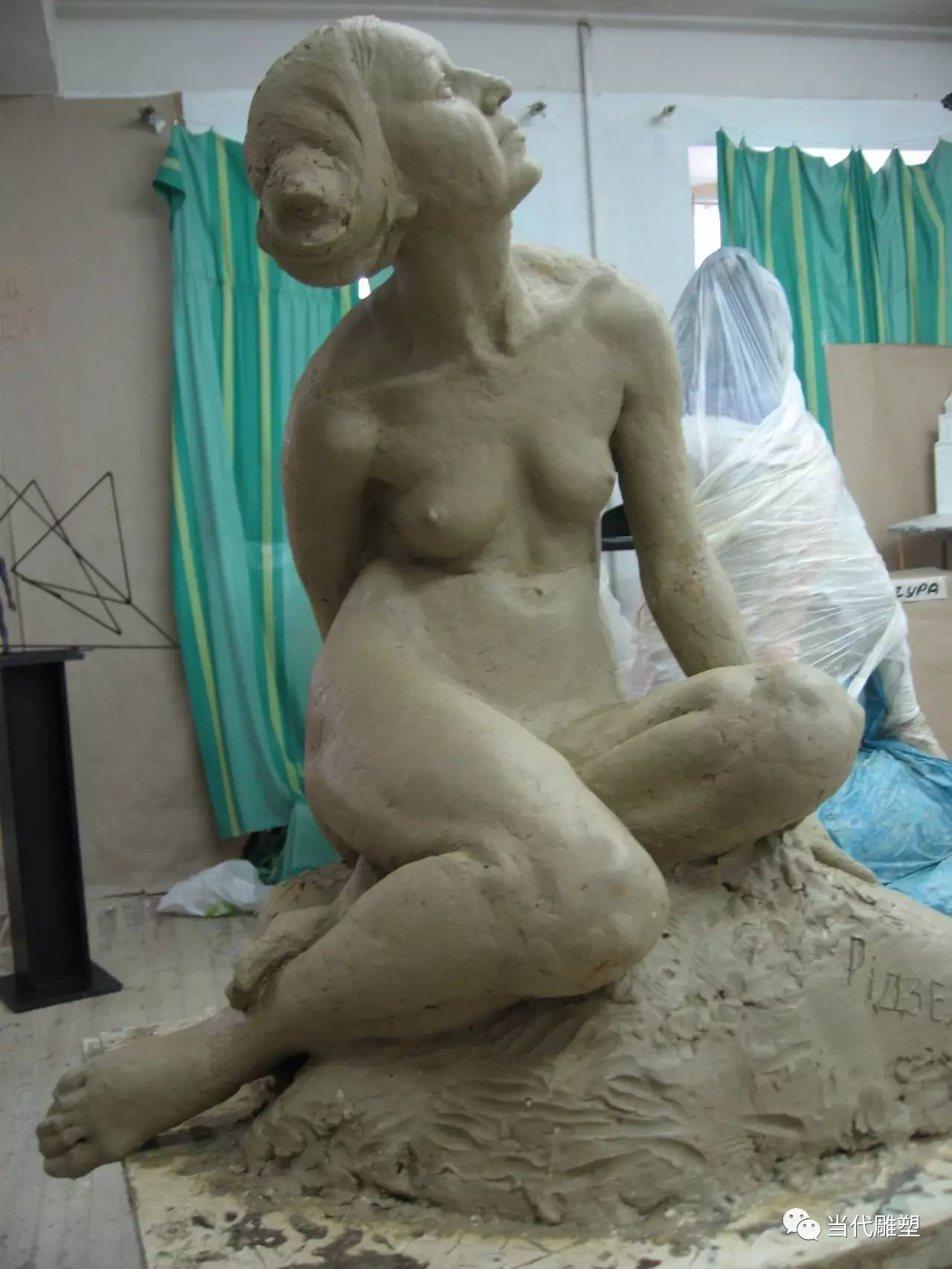 国外老妇女人体泥塑