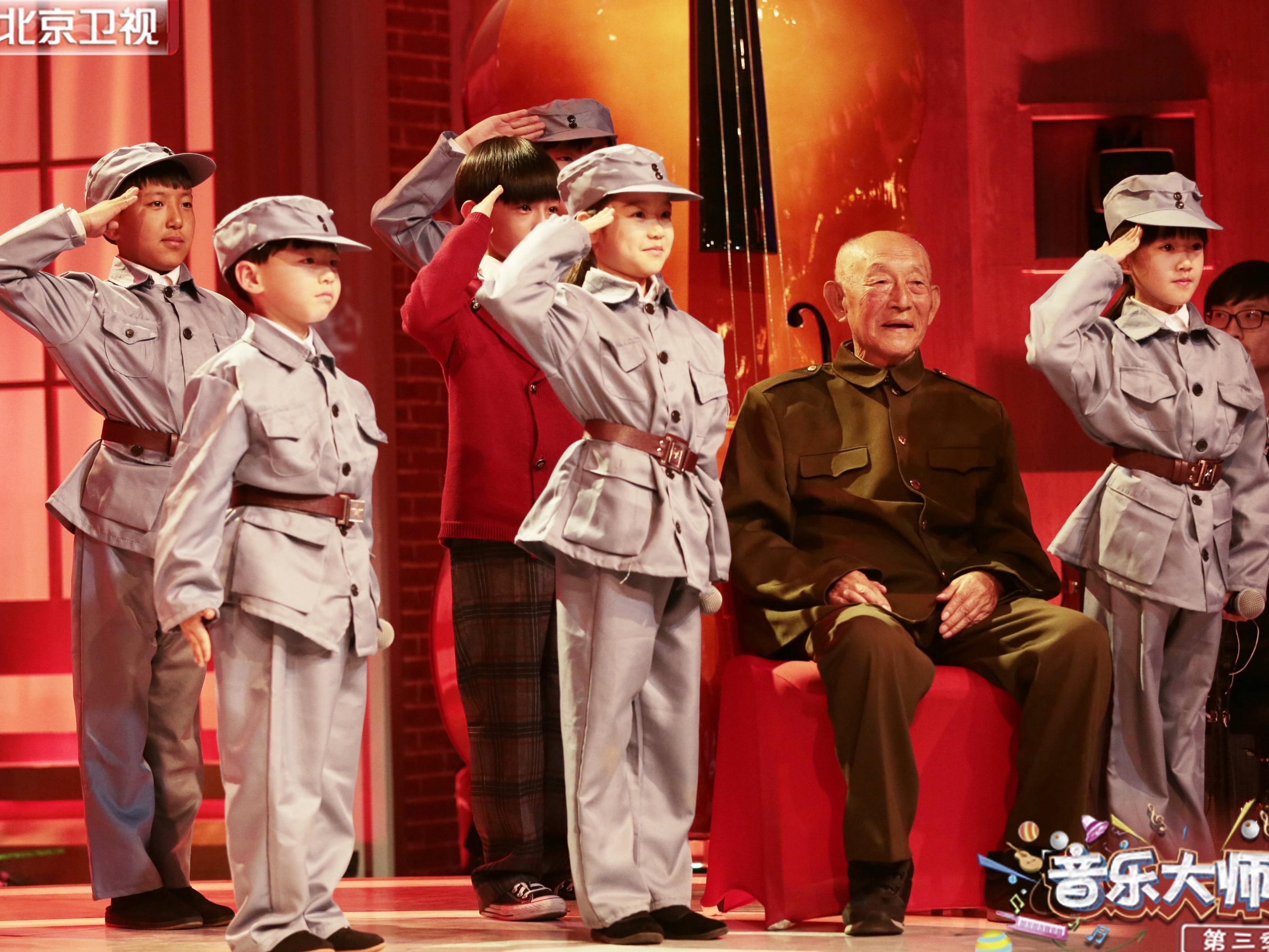 《大师课3》迎国旗班战士 朱军致敬老兵行军礼