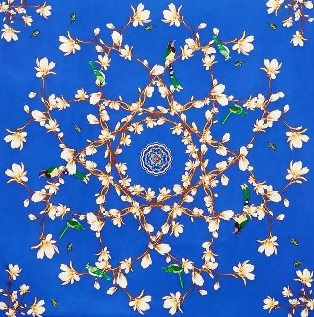 上精致的玉兰花图案,是把自然的玉兰花枝有规律地穿插组合在一起