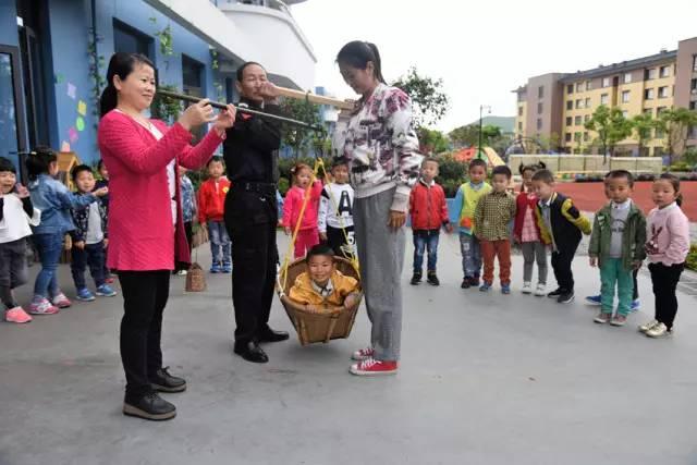 虾峙中心幼儿园,六横实验幼儿园的老师带领小朋友去种植园地里摘蚕豆
