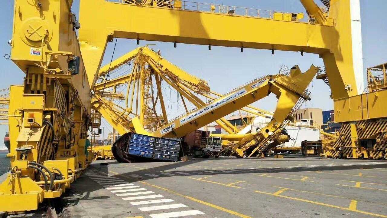 大型集装箱船撞塌码头岸吊!又有货物要延误了!