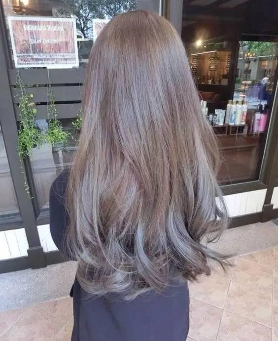 及腰的长发配上自然的波浪大卷,再染上你喜欢的颜色,瞬间就能成为女神图片