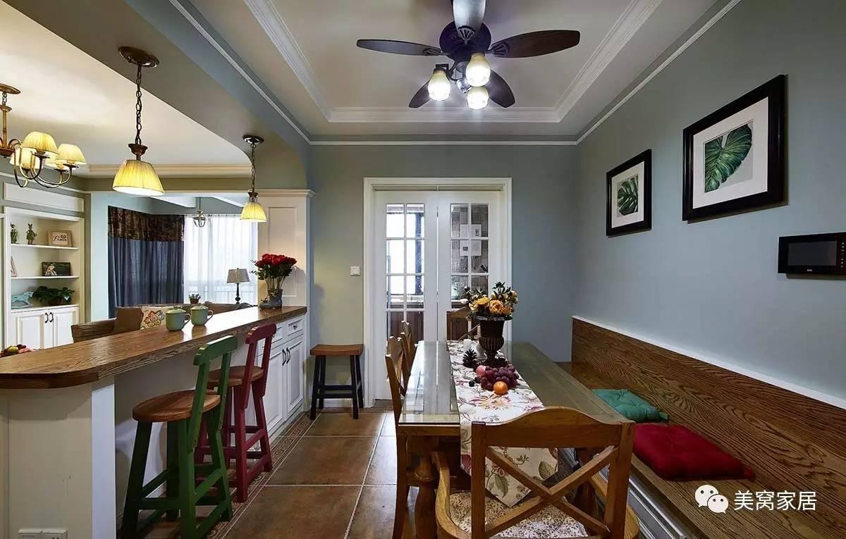 柜子也是可以收纳不少物品的,绿色和红色的木质吧椅,带给你浓浓的美式图片