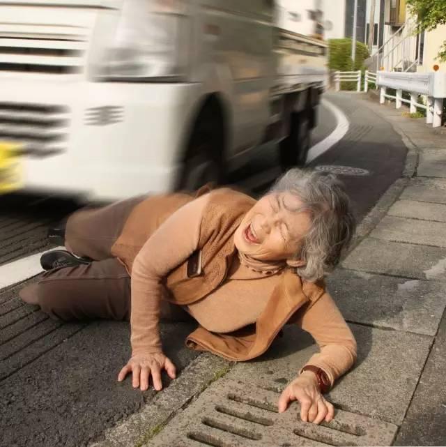 《心寒!白发老太太被卡车撞倒,竟无一人搀扶!》