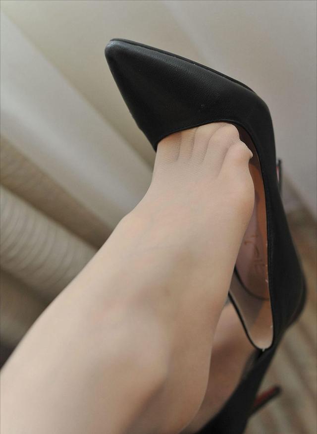 美脚搭配ol时尚高跟鞋,如何穿出舒适雅致的效果?