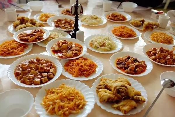 这么一大桌子菜,有好几样菜品其实是重复的.