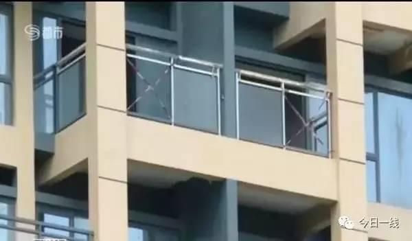 痛心 两岁女童随父母看房从10楼坠亡,大量阳台护栏未装玻璃