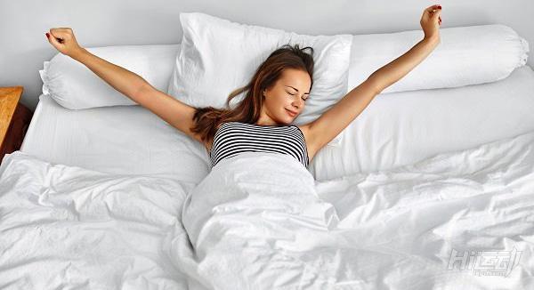 Картинки по запросу girl stretching in bed