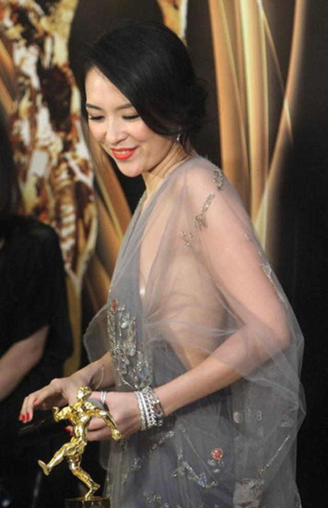 章子怡出席某活动时身穿了一件异常性感的礼服,灰色的薄纱礼服让人