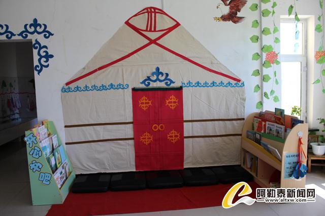 """幼儿园一楼两个班级教室的布置以""""民族风""""为主,主要展现的是民族文化图片"""