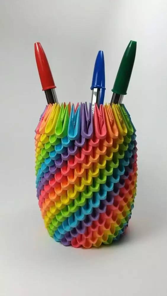 做个彩虹色的笔筒,放在书桌上图片