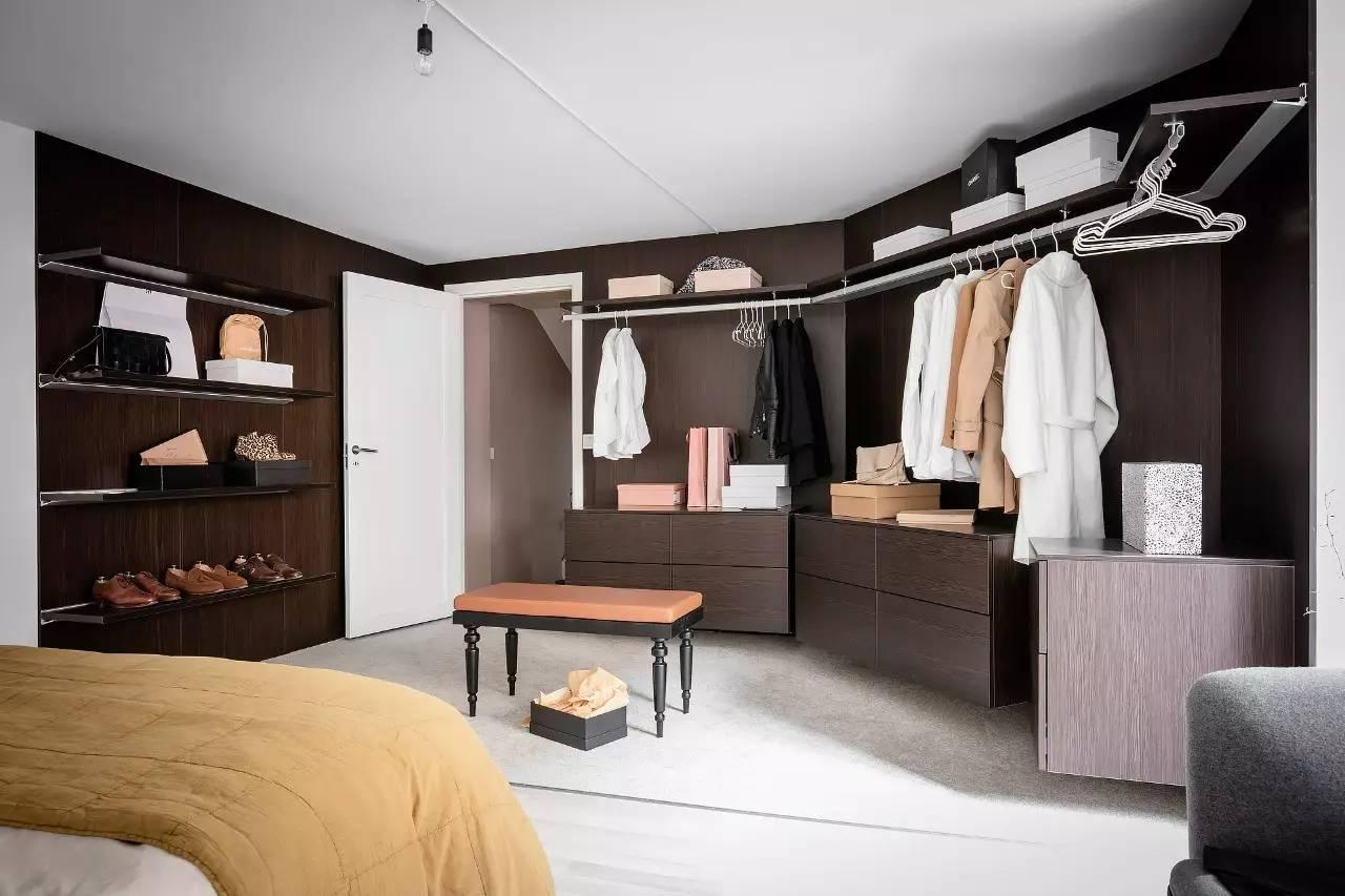 而这间卧室则利用开放式壁架,为卧室创造出开放式的衣帽间.图片