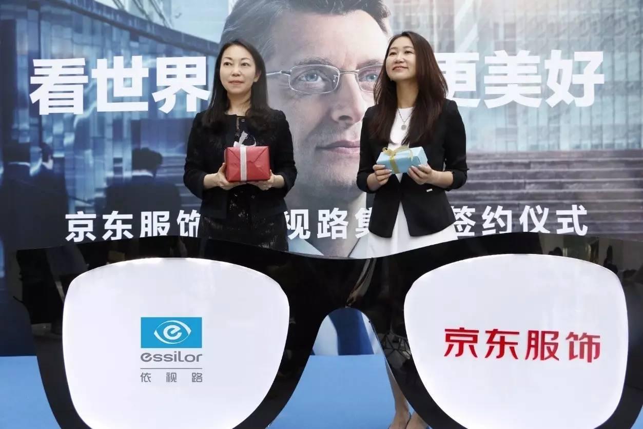 白梅(左边)与京东商城大服饰事业部服装部总经理王丽杰(右)共图片