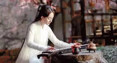 桃花》中女主角白浅的扮演者杨幂新浪微博粉丝多达7200万;《择天记