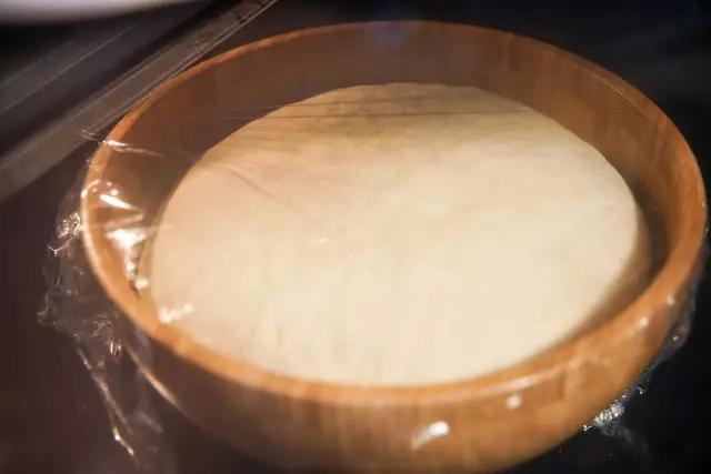 5、按照下图所示,捏出花卷的样子.   将4g发酵粉倒入