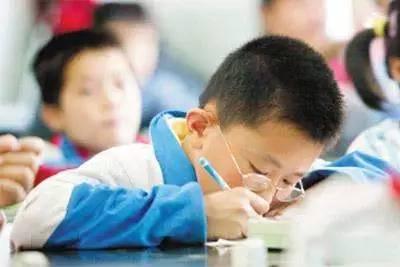 长期不正确的姿势还会导致脊柱发 另一方面,孩子书写时的错误坐姿