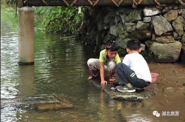 △ 小溪边玩耍的孩子   咸宁市桂花镇刘家桥村   行车路线:   这里又是图片