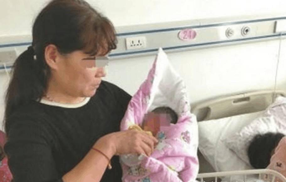 妻子生刚下宝宝, 丈母娘上来就给老公几巴掌, 只因为图片