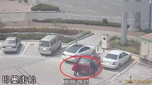 女司机停不进车位用手抬