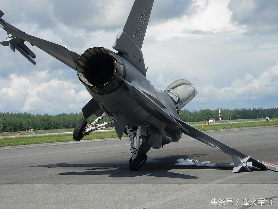 轰炸机的发动机威力有多强 10吨重战机瞬间被吹翻
