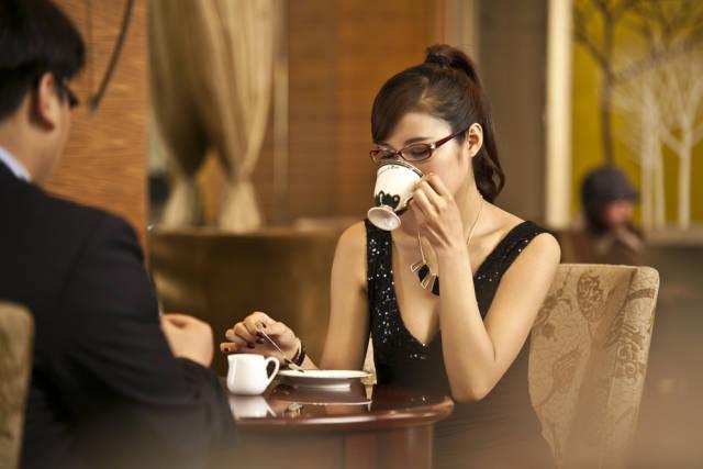 和老外聊天_西方人会友人的时候会选择去咖啡厅,一杯咖啡静静聊天,足以沟通情感.