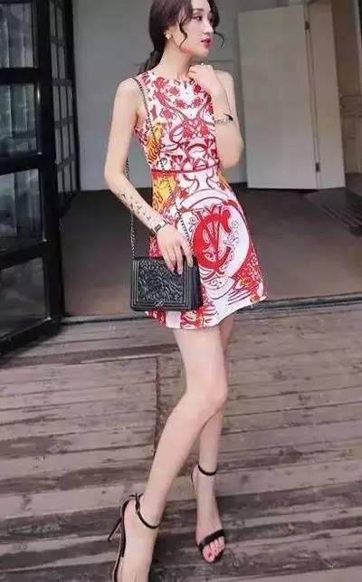 一字肩连衣裙搭配外套_连衣裙搭配一字高跟鞋:高跟鞋搭配连衣裙美翻了
