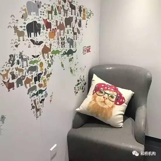 以及墙上用动物贴画组成的世界地图-使人 驻足 一整天的洗手间,设