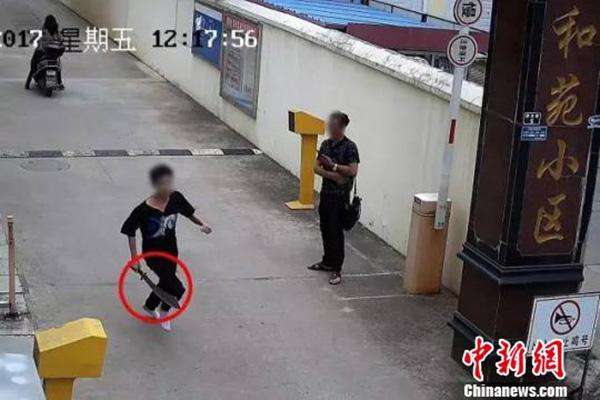 """男子手持长刀当街挥舞,云南一警察夫妻回家途中成功"""""""