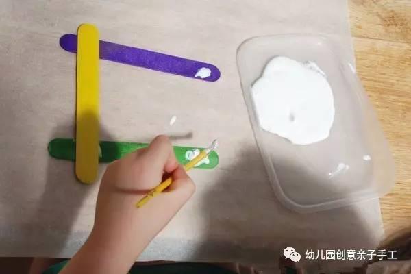 幼儿园亲子手工之废物利用:冰棍棒的工艺小制作.
