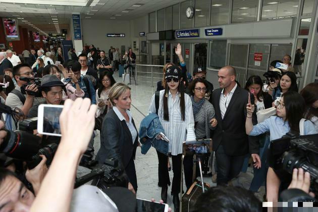 王珞丹杨子姗征战戛纳电影节迪奥包机场街拍斗艳