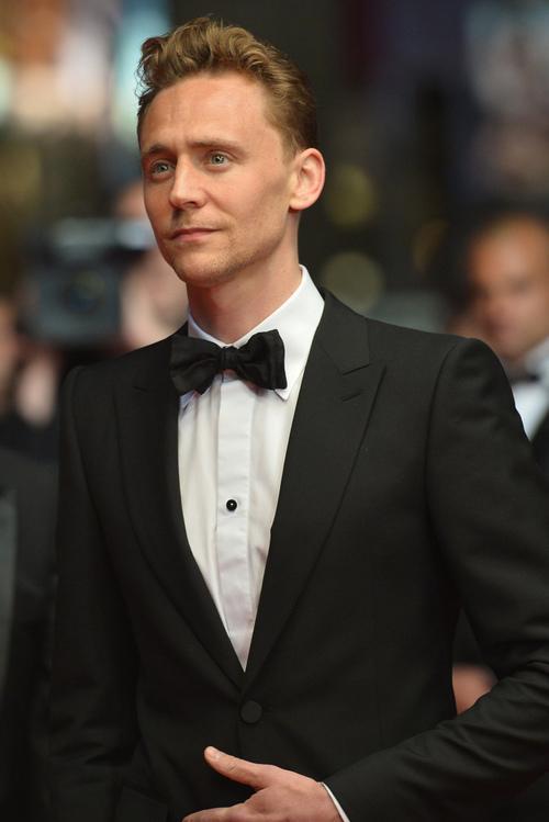 戛纳电影节红毯上的西装男人们严格的着装