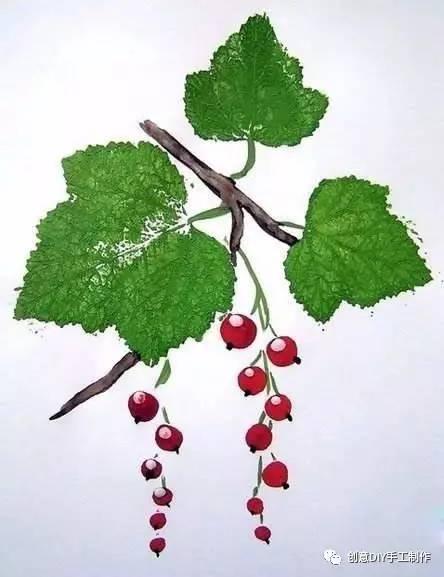 然后托印到画纸上,并用纸巾按压树叶,至树叶上的颜料完全托印到树叶图片