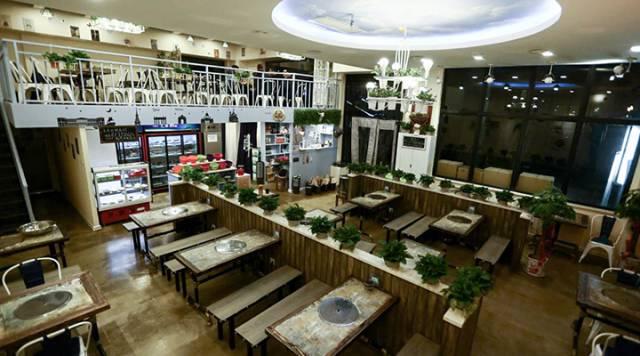 再加上暖暖的灯光,这明明是一家咖啡店的feel,哪里像串串店了!图片