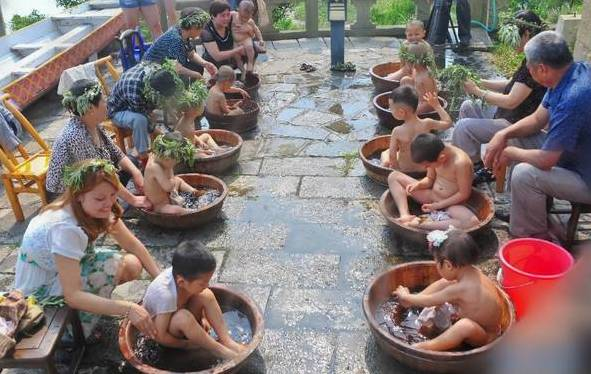 孩子用艾叶水洗澡
