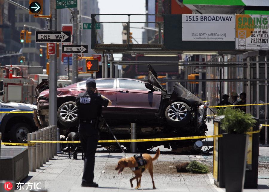 纽约时代广场汽车冲撞行人 致1死22伤图片