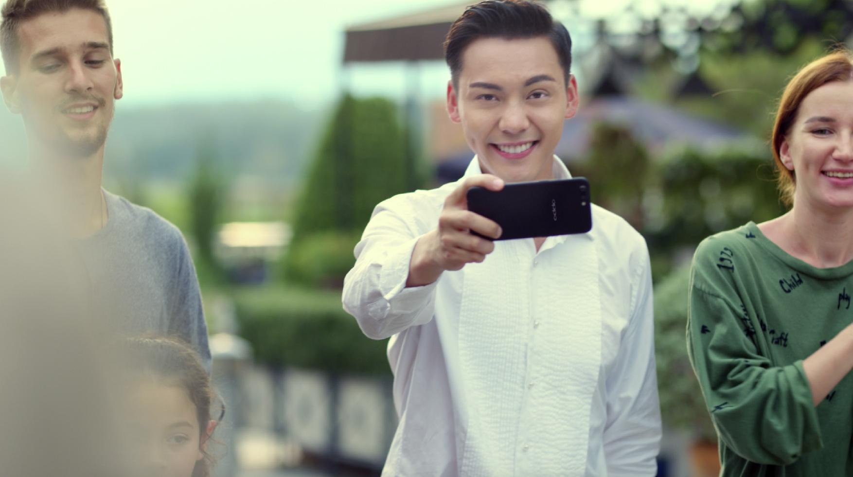 迪丽热巴陈伟霆手持oppor11引领手机拍照潮流!