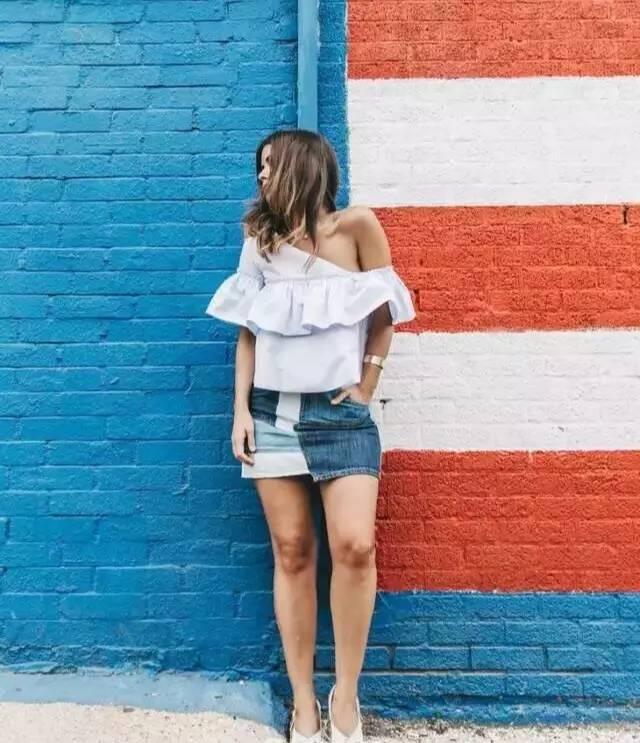 白色和蓝色的衬衣和牛仔裙