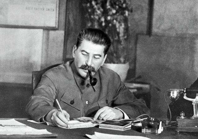 """斯大林是怎样""""残酷迫害""""辱骂他的诗人的?"""