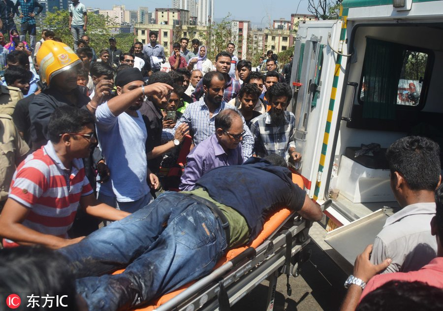 印度孟买一巴士翻车 致1死5人重伤