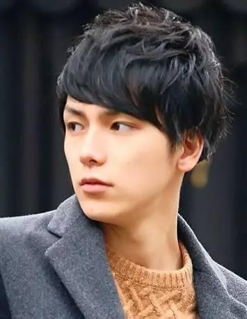 适合脸圆的男生的发型