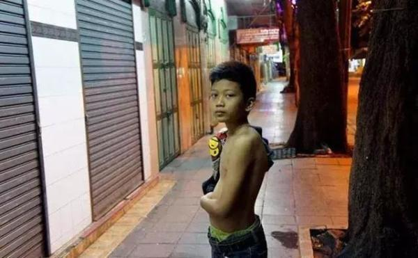 泰国年轻小伙除了变人妖赚钱,还可以当站街男