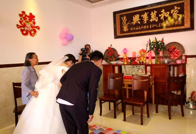 乡村游喜逢农村婚礼:拜高堂,新娘为什么不跪拜呢